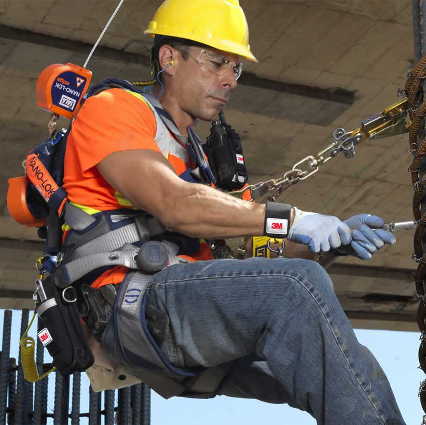 workjer wearing safety harness with fall arrest device